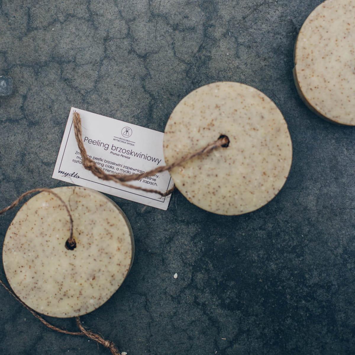 Bydgoska Wytwórnia Mydła Naturalne mydło-peeling Brzoskwinia (sznurek) 85g